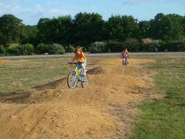 Profitez des kilomètres de pistes cyclables au départ du camping et sillonnant le littoral vendéen.